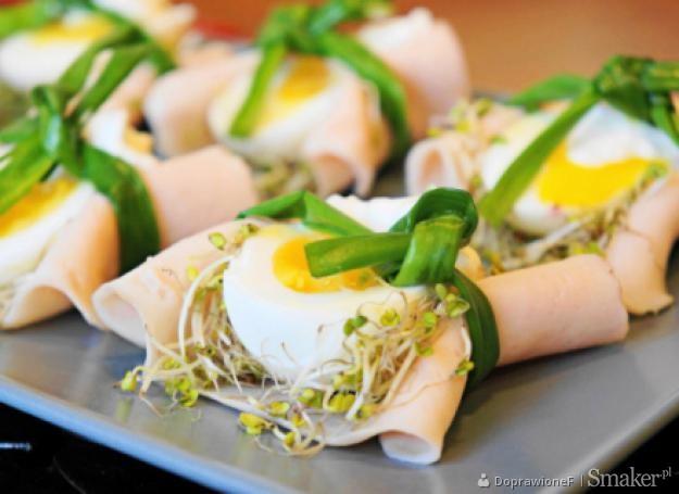Jajka w zielonych gniazdkach z sosem chrzanowym