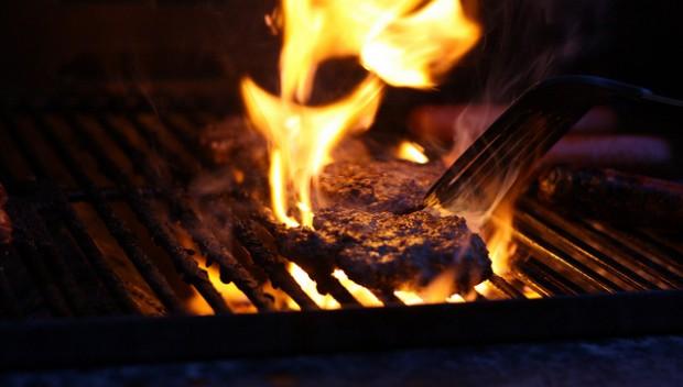 grillowanie może być niezdrowe. mięso na grillu