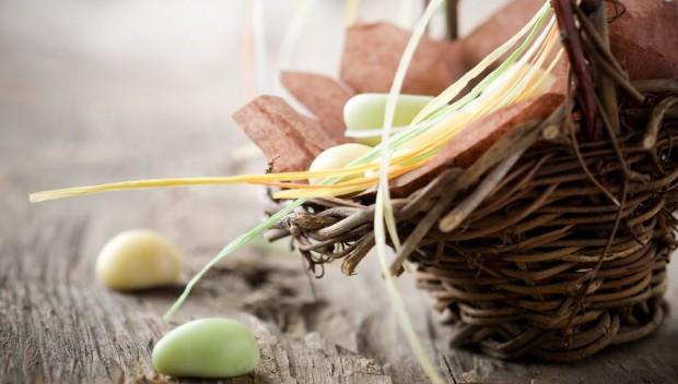 wielkanocny koszyczek wiklinowy z jajkami