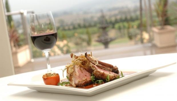 wino w kieliszku i jedzenie  na talerzu
