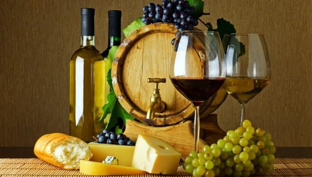 wino butelki i beczka, winogrona