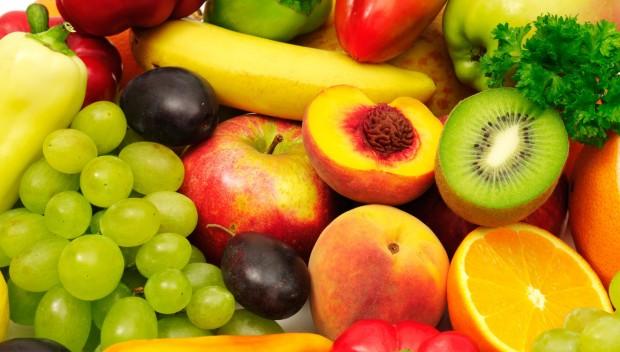 różne świeże owoce i warzywa zawierające antyoksydanty: banany, brzoskwinie, śliwki, kiwi