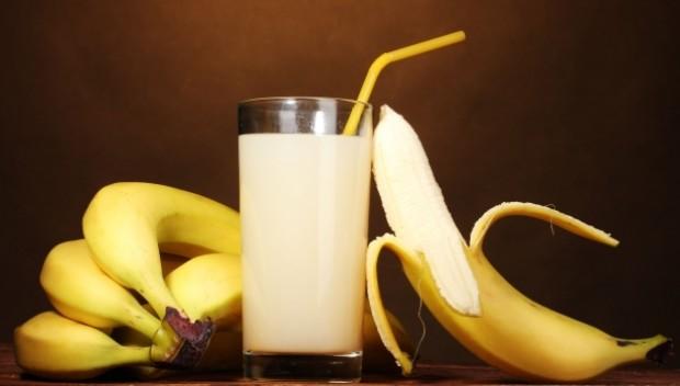 produkty zawierające wapń i magnez: mleko i banany
