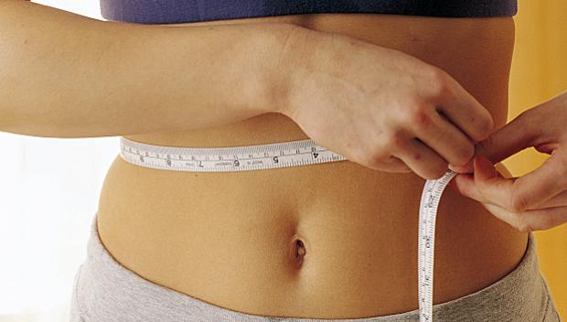 kobieta mierzy obwód brzucha
