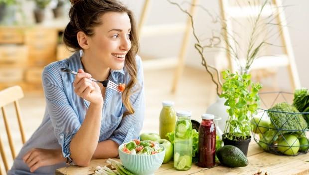 kobieta patrząca na owoce i warzywa