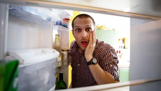 mężczyzna zagląda do lodówki