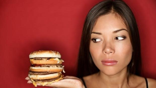 kobieta z hamburgerem