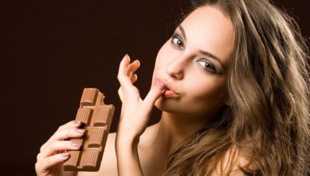 kobieta jedząca sałatę