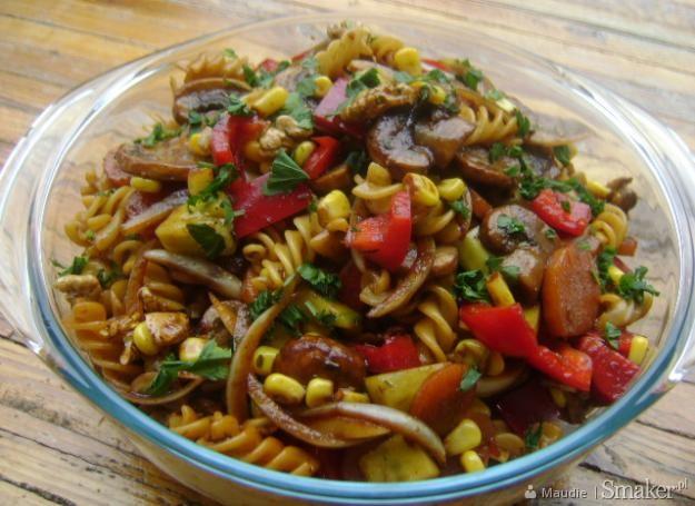 Sałatka makaronowa z warzywami i orzechami