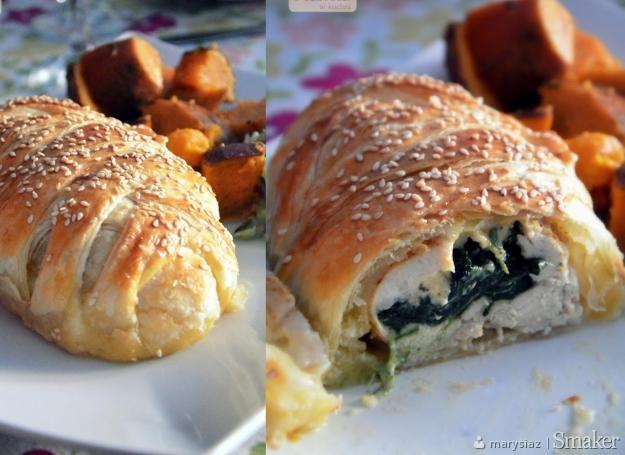 Kurczak w cieście francuskim ze szpinakiem i serem