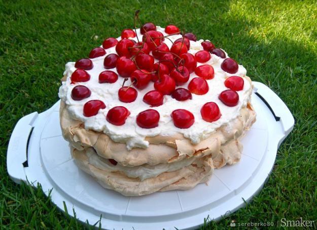Tort bezowy z kremem z mascarpone i czereśniami