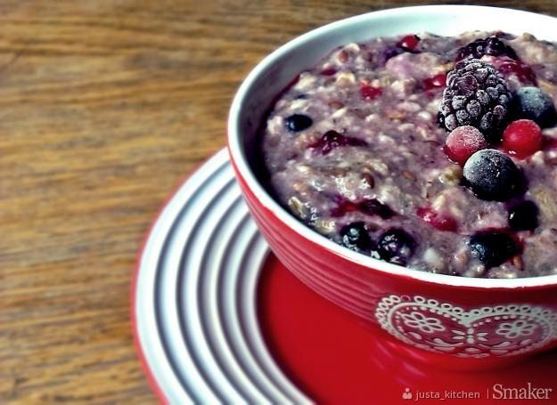 Pyszne śniadanie z owocami leśnymi. Zobacz przepis!