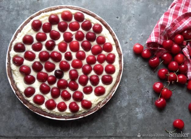 Lekka, kakaowa tarta z mascarpone i czereśniami