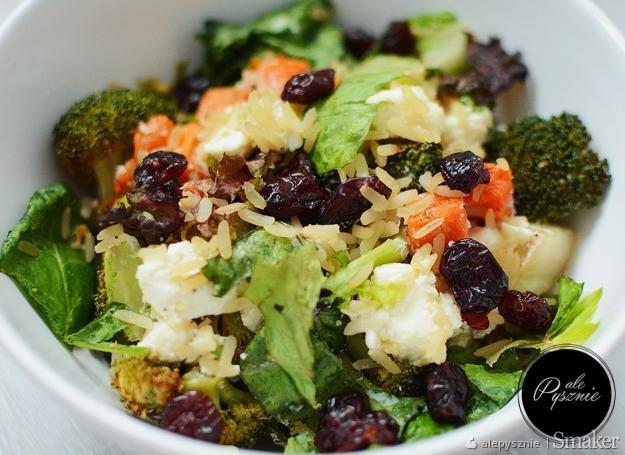 Sałatka z brokułami, serem feta, batatem i brązowym ryżem