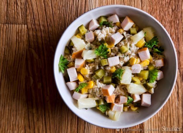 Sałatka z wędzonym kurczakiem i kukurydzą