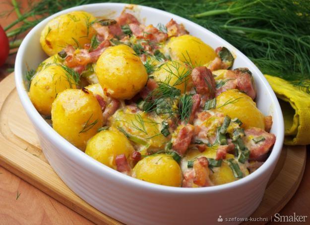Młode ziemniaki zapiekane z kiełbasą i boczkiem