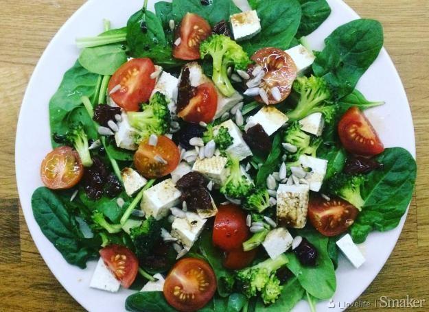 Salatka Z Tofu I Szpinakiem Przepisy Jak Zrobic Smaker Pl