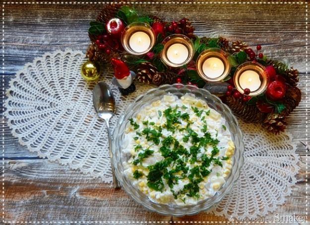 Sałatka śledziowa z ananasem i kukurydzą