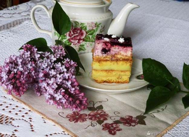 Ciasto miodowe z jagodową chmurką
