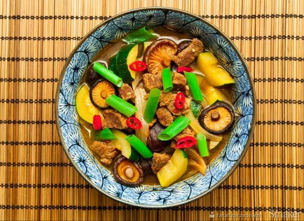 Ostra zupa z wieprzowiną i cukinią (hobak gochujang jjigae)