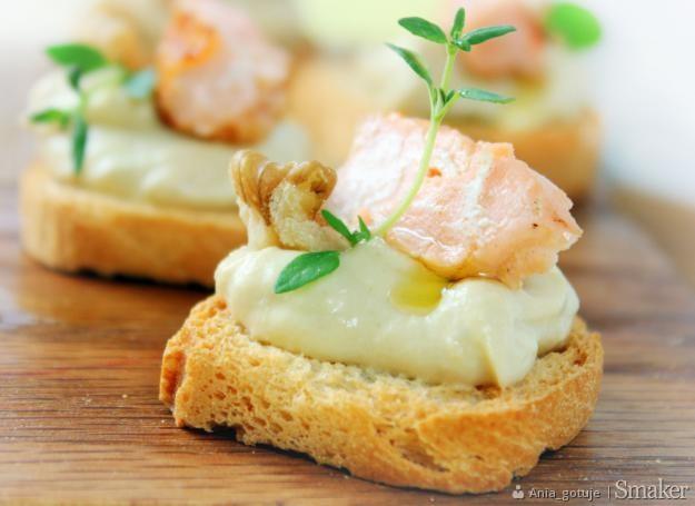 Tartinki z hummusem, łososiem i orzechami włoskimi