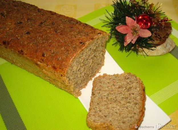 Chleb z cebulką i kminkiem.