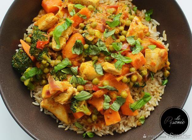 Kurczak w sosie curry z ryżem i warzywami