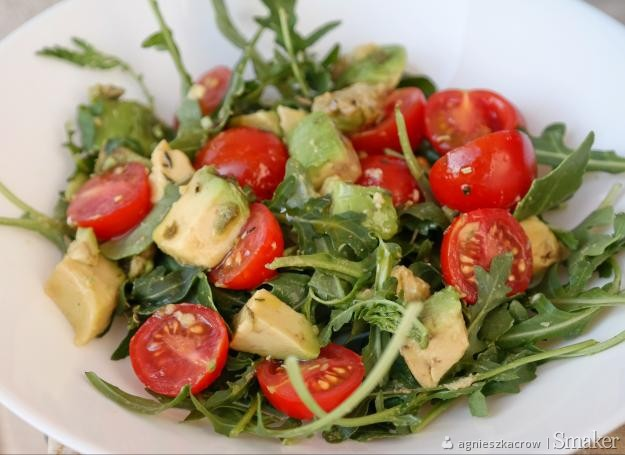 Pyszna Salatka Do Obiadu Pomidorki Awokado I Rukola Przepis Ze Smaker Pl