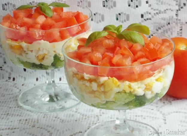 Warstwowa Salatka Z Brokulami Serem Feta Slonecznikiem Jajkiem