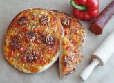 Mini pizza z papryką i chorizo