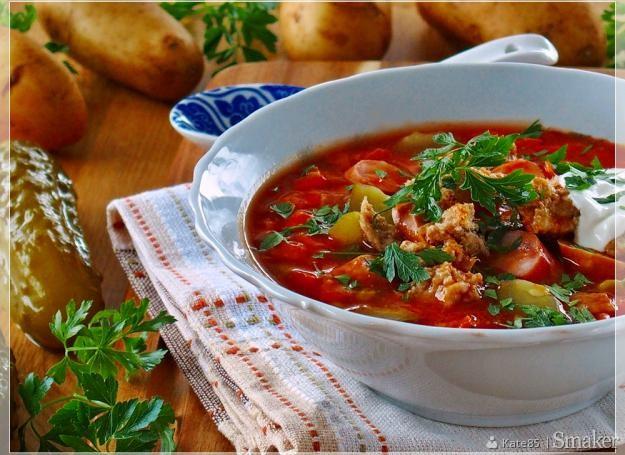 Rosyjska solianka z mięsem i ziemniakami